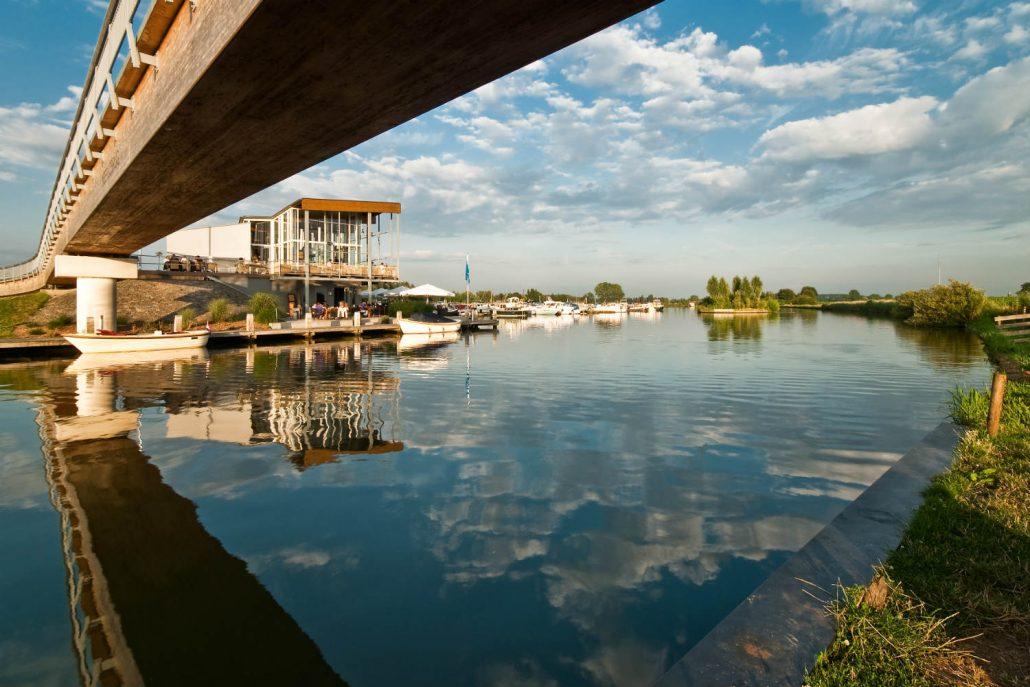 Winnaar Van Oord Makelaardij Fotowedstrijd IJsselstein 2009 John Verbruggen met 'Leven aan het water'. nationale fotowedstrijd